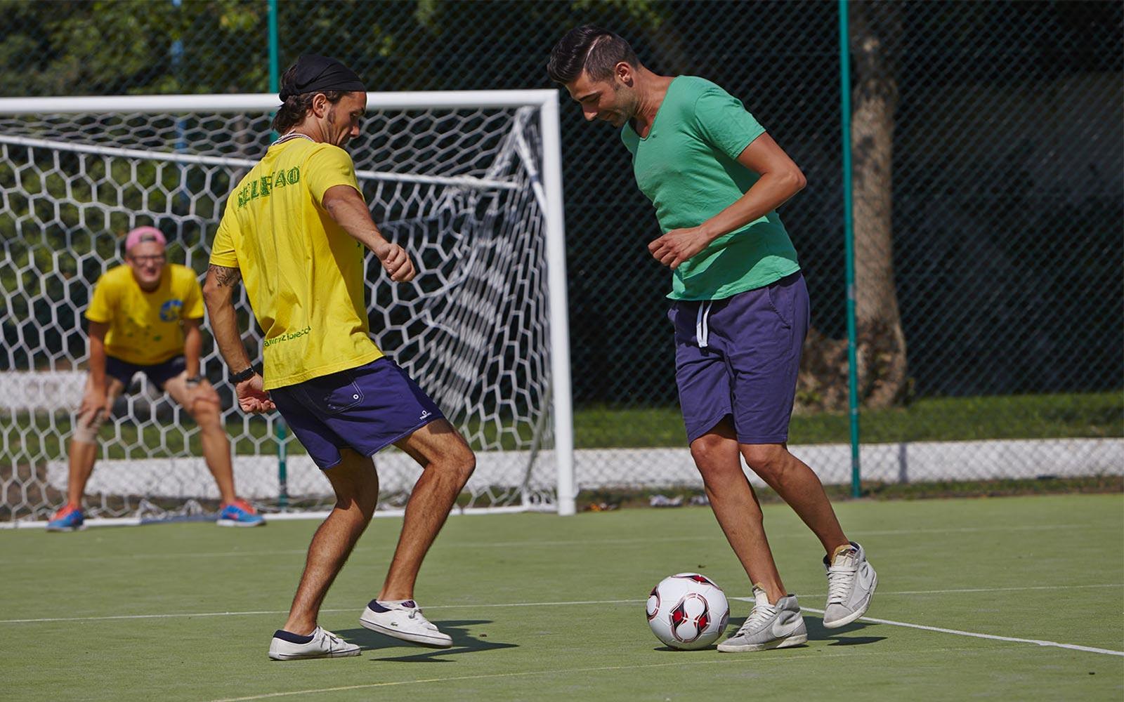 03-Play-Football