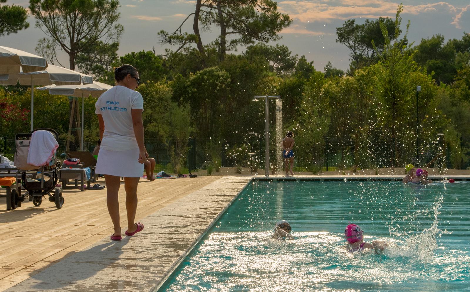 5-Campeggio-con-insegnante-nuoto-Cavallino