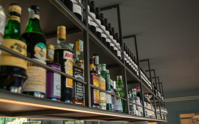 08 Il-Ginepro-sala-interna-bancone-cocktail