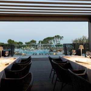 camping-mediterraneo-romantic-dinner-poolside