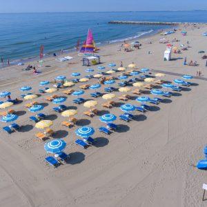 Camping-Mediterraneo-spiaggia-ombrelloni-gioco